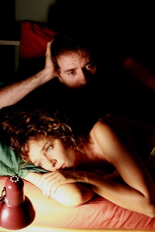 Valeria Golino e Valerio Mastandrea in una scena del film Giulia non esce la sera
