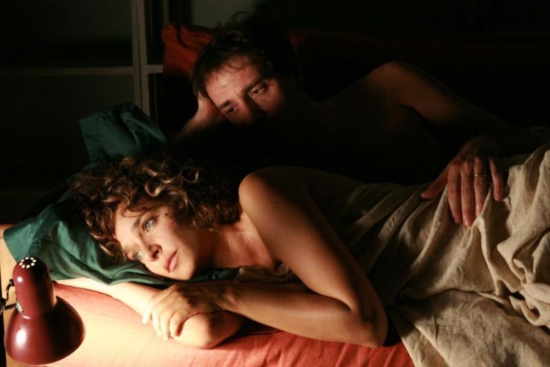 Valeria Golino e Valerio Mastandrea in una sequenza del film Giulia non esce la sera