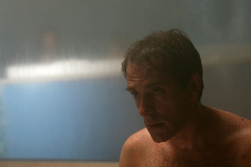 Valerio Mastandrea in una scena del film drammatico Giulia non esce la sera, diretto da Giuseppe Piccioni