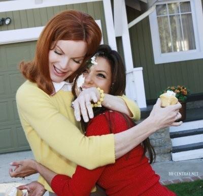 Dolcezza ed euforia per Marcia Cross ed Eva Longoria durante i festeggiamenti per l'episodio n°100 di Desperate Housewives
