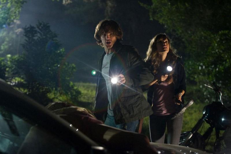 Jared Padalecki e Danielle Panabaker in una scena del film Venerdì 13
