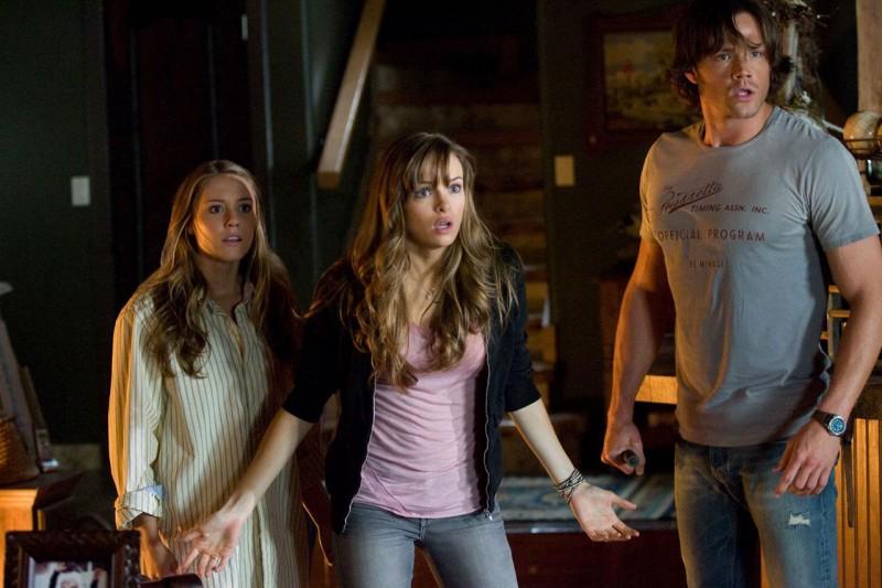 Julianna Guill, Danielle Panabaker e Jared Padalecki in una scena del film Venerdì 13