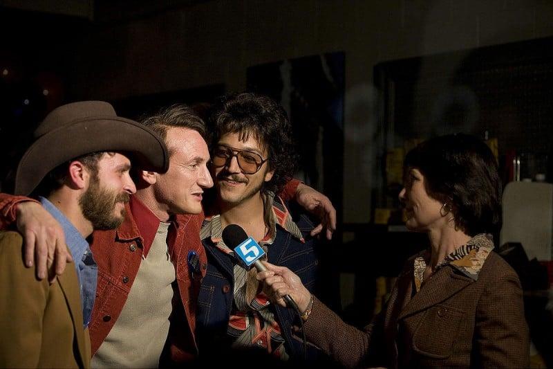 Sean Penn e Diego Luna in una scena del film Milk