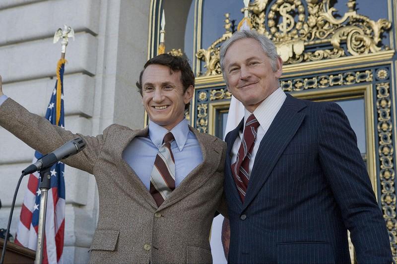 Sean Penn e Victor Garber in un'immagine di Milk