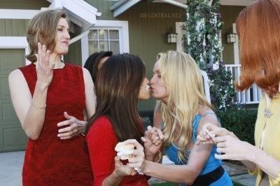 Un bacio e una torta gigante per Eva Longoria e Nicollette Sheridan, che festeggiano l'episodio n°100 di Desperate Housewives. Con loro anche Brenda Strong