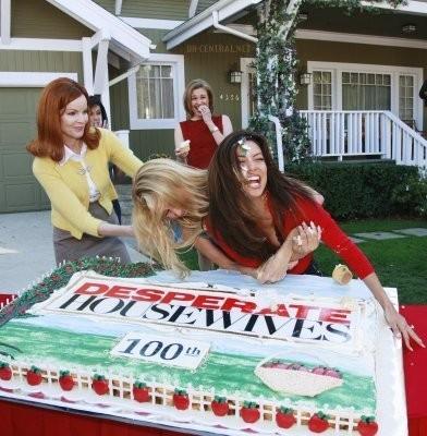 Una torta gigante e tanta euforia per Eva Longoria e Nicollette Sheridan, che festeggiano l'episodio n°100 di Desperate Housewives. Con loro anche Marcia Cross