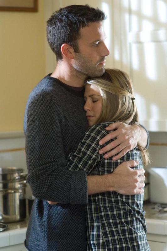 Ben Affleck e Jennifer Aniston in una scena del film La verità è che non gli piaci abbastanza