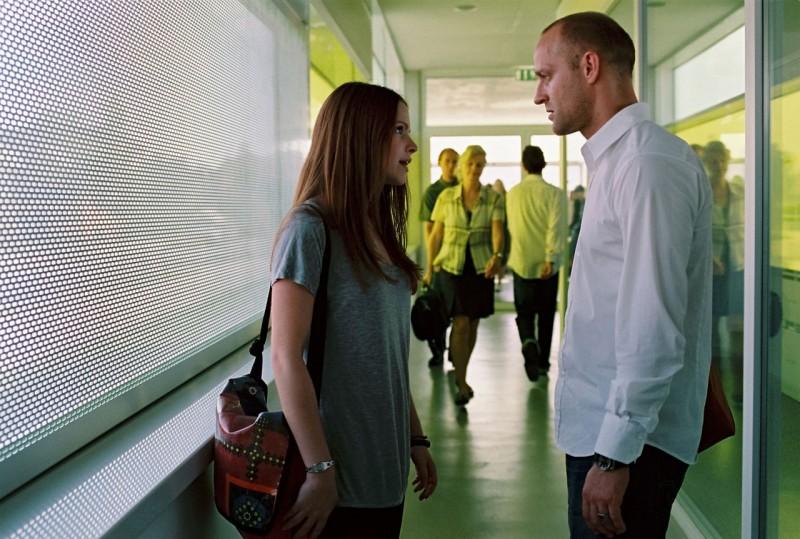 Jennifer Ulrich e Jürgen Vogel in una scena del film L'onda