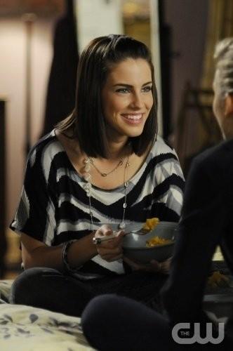 Jessica Lowndes in una scena dell'episodio Help Me, Rhonda di 90210