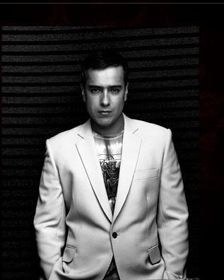 Jorge Enrique Abello in una immagine promo della telenovela En los tacones de Eva