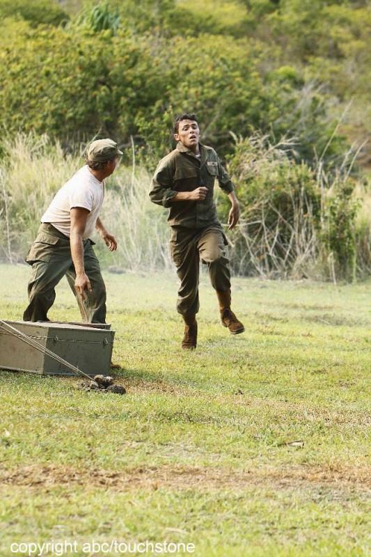 Matthew Alan in un momento d'azione dell'episodio Jughead di Lost