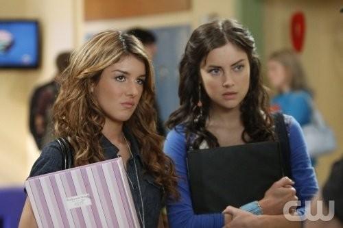 Shenae Grimes e Jessica Stroup nell'episodio Of Heartbreaks and Hotels di 90210