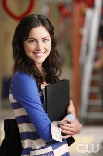 Una sorridente Jessica Stroup in una scena dell'episodio Of Heartbreaks and Hotels di 90210