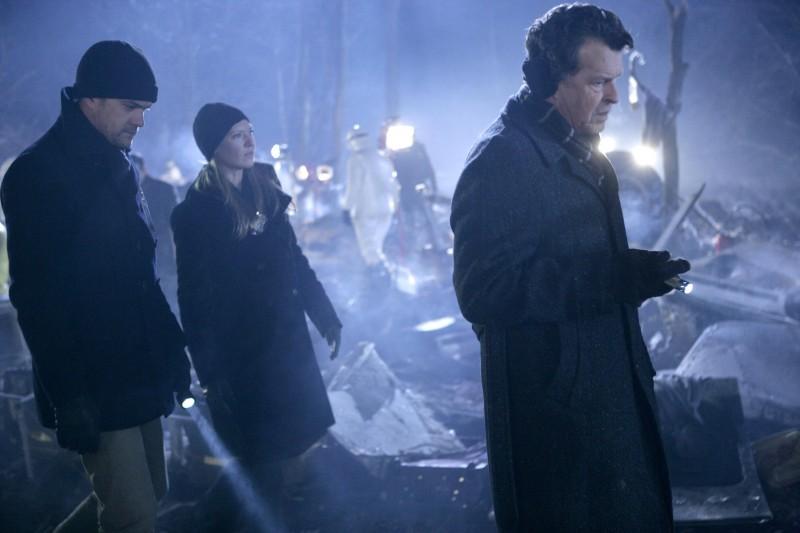 Anna Torv, Joshua Jackson e John Noble in una scena dell'episodio The Transformation di Fringe