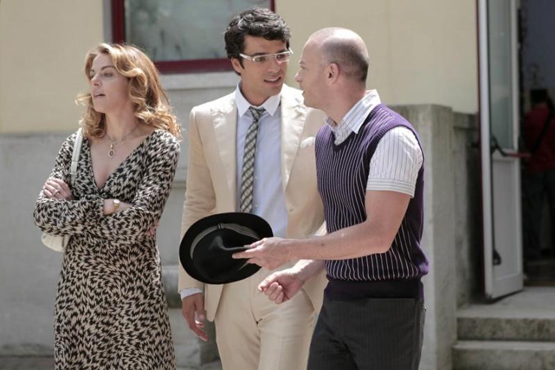 Claudia Gerini, Luca Argentero e Filippo Nigro in una scena del film Diverso da chi?