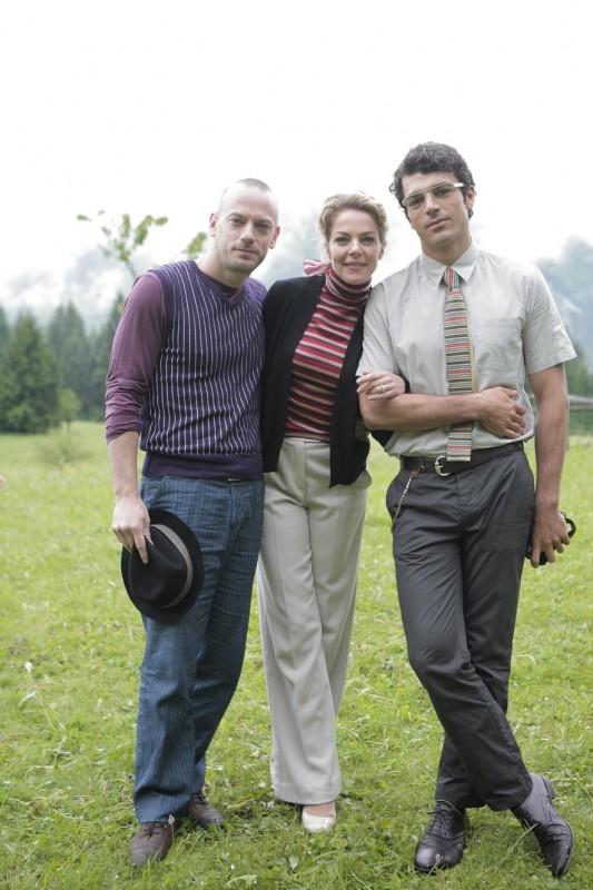 Filippo Nigro, Claudia Gerini e Luca Argentero in una foto promozionale del film Diverso da chi?