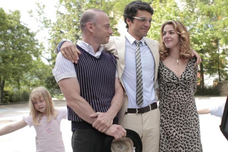 Filippo Nigro, Luca Argentero e Claudia Gerini in una scena del film Diverso da chi?