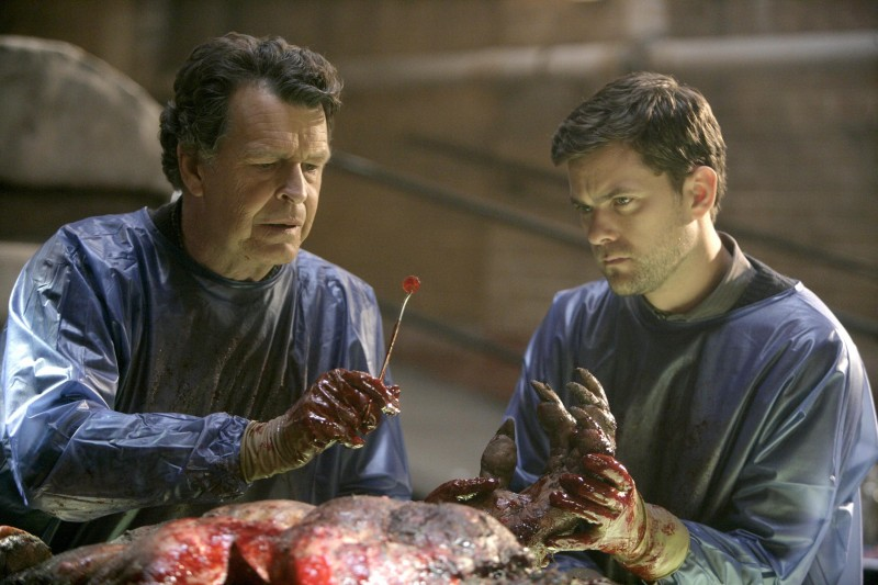 Joshua Jackson e John Noble in laboratorio nell'episodio The Transformation di Fringe