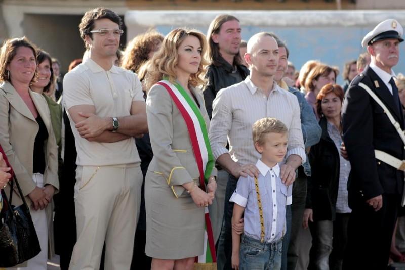 Luca Argentero, Claudia Gerini e Filippo Nigro in una scena del film Diverso da chi?