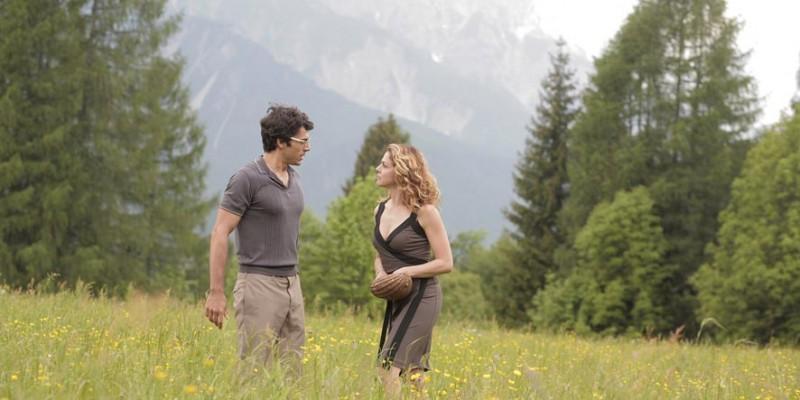 Luca Argentero e Claudia Gerini in un'immagine della commedia Diverso da chi?