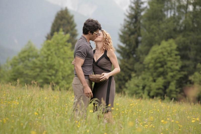 Luca Argentero e Claudia Gerini in una sequenza della commedia Diverso da chi?