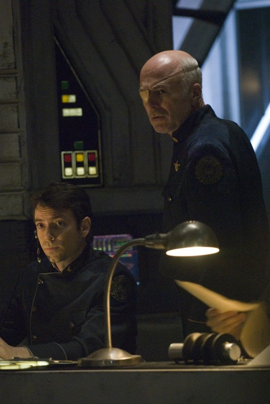 Michael Hogan e Brad Dryborough in una scena di The Oath da Battlestar Galactica
