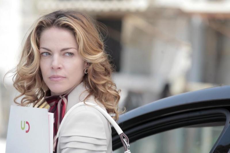 Un primo piano di Claudia Gerini, protagonista femminile del film Diverso da chi?