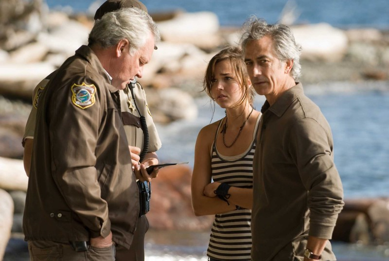 Arielle Kebbel e David Strathairn in una scena del film The Uninvited
