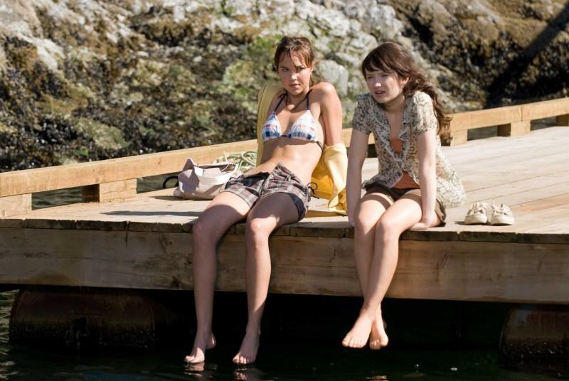 Arielle Kebbel e Emily Browning in un'immagine di The Uninvited