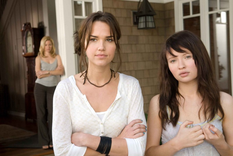 Arielle Kebbel e Emily Browning in una scena del film The Uninvited
