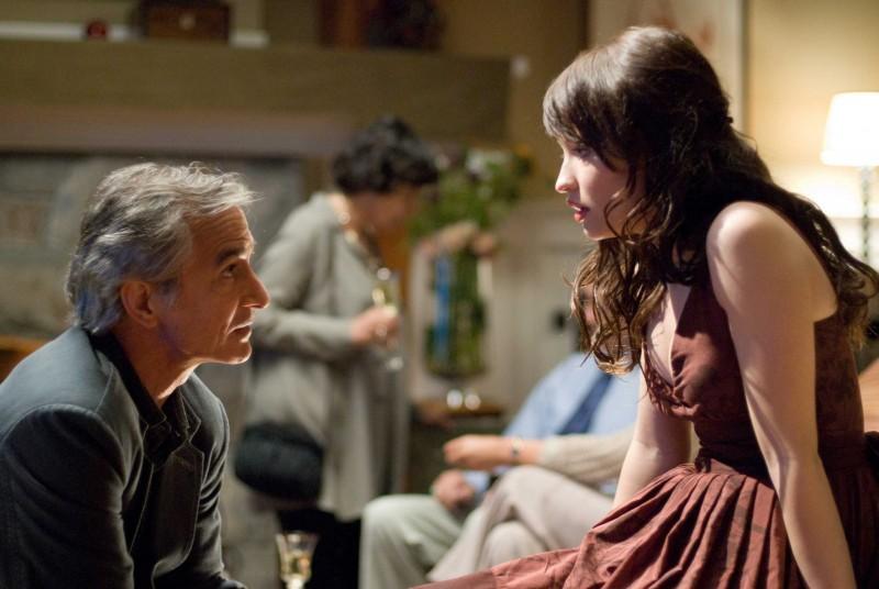 David Strathairn ed Emily Browning in una scena del film The Uninvited