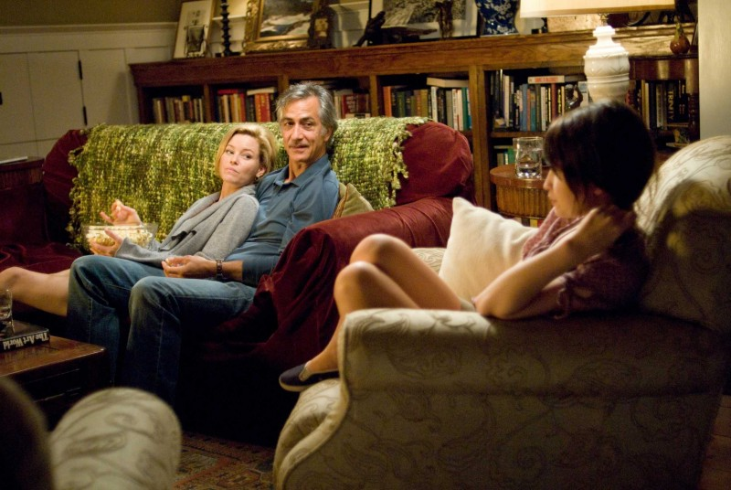 Elizabeth Banks e David Strathairn in una scena del film The Uninvited