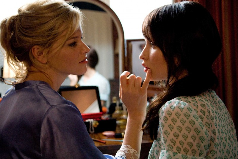 Elizabeth Banks ed Emily Browning in una scena del film The Uninvited