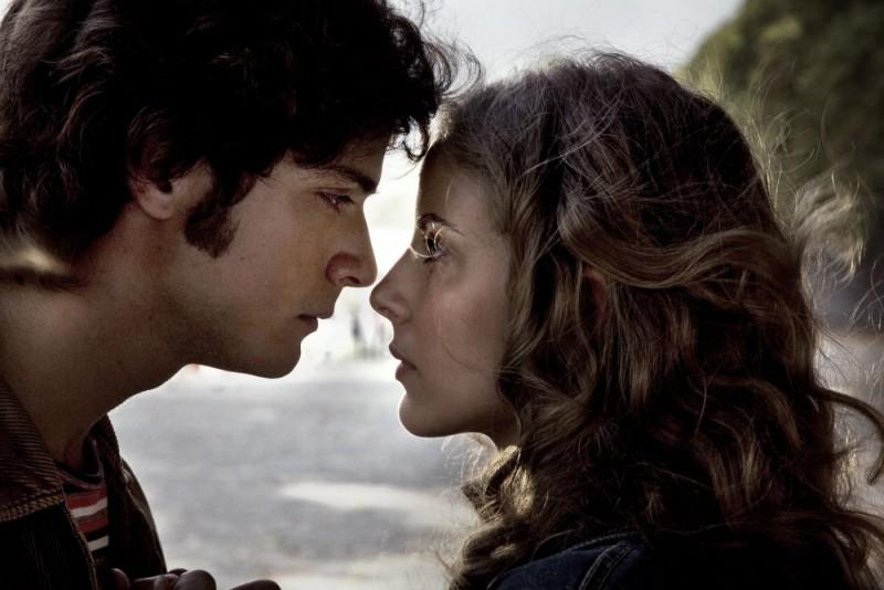 Emanuele Bosi e Maria P. Petruolo in una romantica scena del film Questo piccolo grande amore