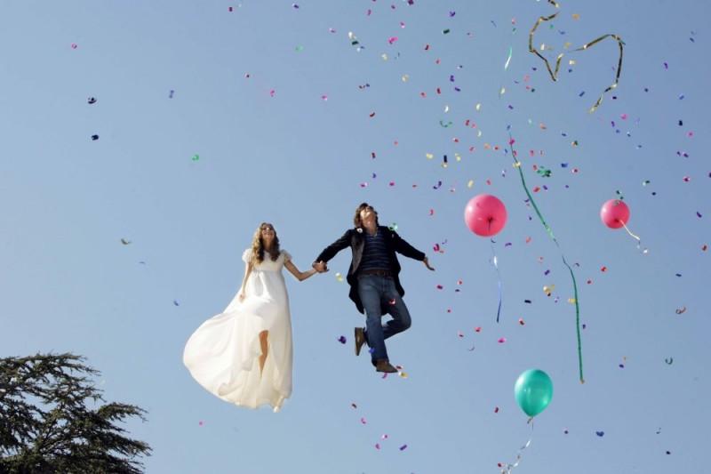 Emanuele Bosi e Maria P. Petruolo in una surreale scena del film Questo piccolo grande amore
