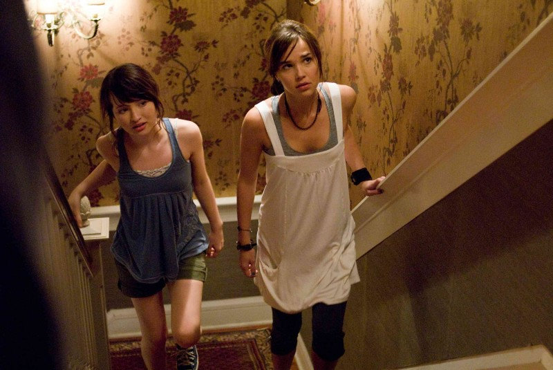 Emily Browning e Arielle Kebbel in un'immagine del film The Uninvited
