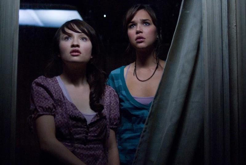 Emily Browning e Arielle Kebbel in una scena di The Uninvited