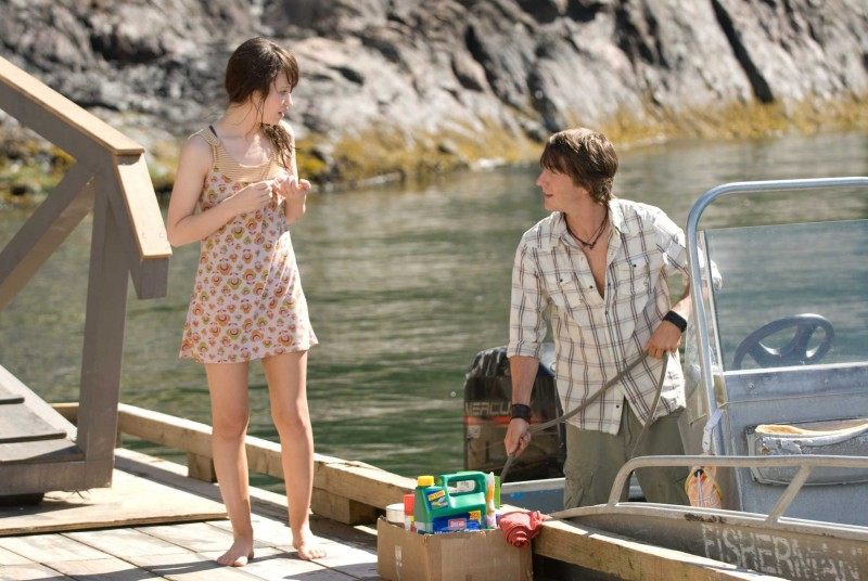 Emily Browning e Jesse Moss in una sequenza del film The Uninvited