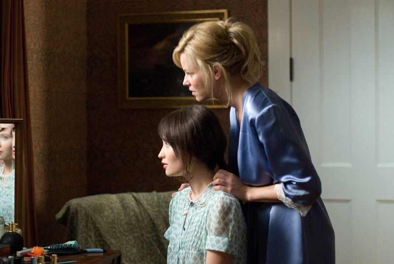 Emily Browning ed Elizabeth Banks in una scena del film The Uninvited