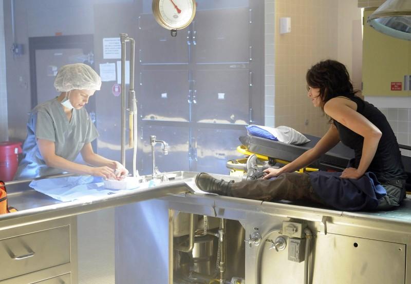 Laura Regan e Lena Headey in una scena dell'episodio The Good Wound di The Sarah Connor Chronicles