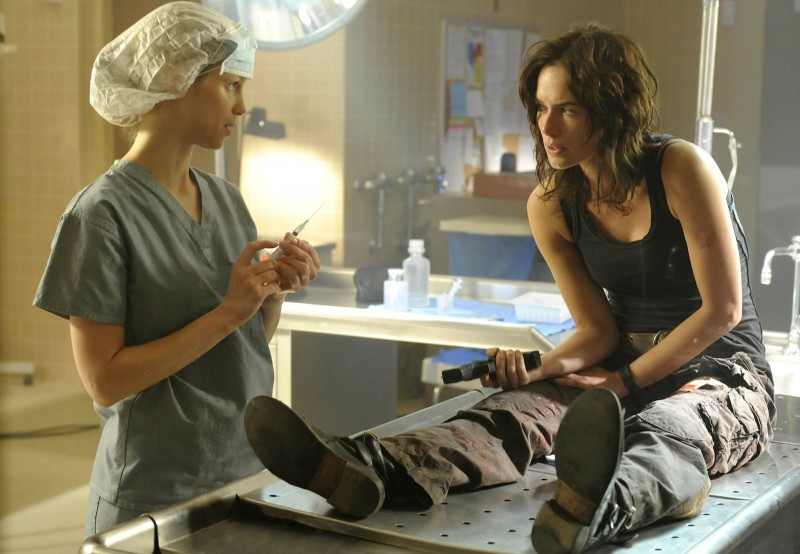Laura Regan e Lena Headey nell'episodio The Good Wound di The Sarah Connor Chronicles