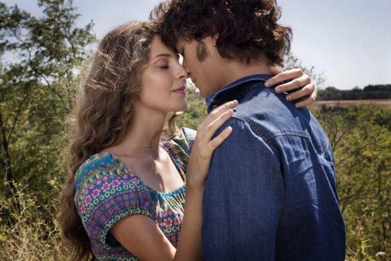 Maria P. Petruolo e Emanuele Bosi in una romantica immagine del film Questo piccolo grande amore