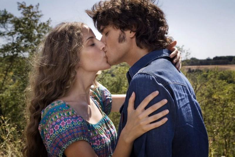 Maria P. Petruolo e Emanuele Bosi in una sequenza del film Questo piccolo grande amore