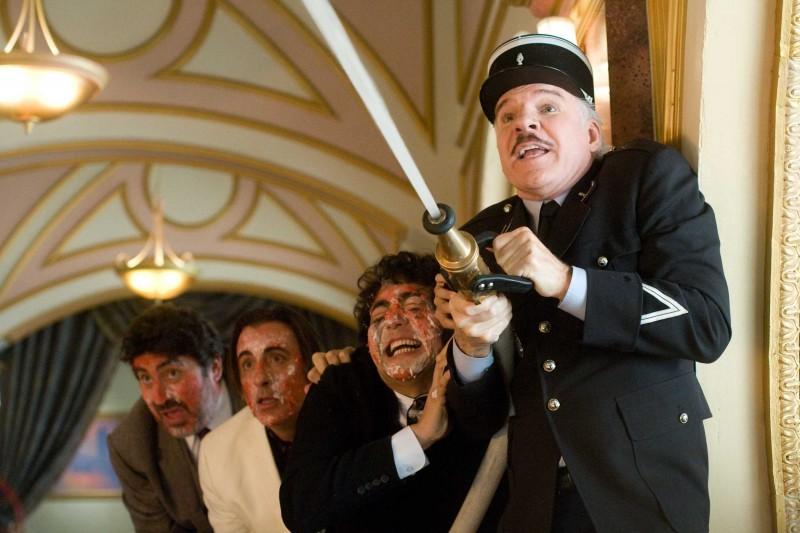 Alfred Molina, Andy Garcia, Yuki Matsuzaki e Steve Martin in una scena del film La pantera rosa 2