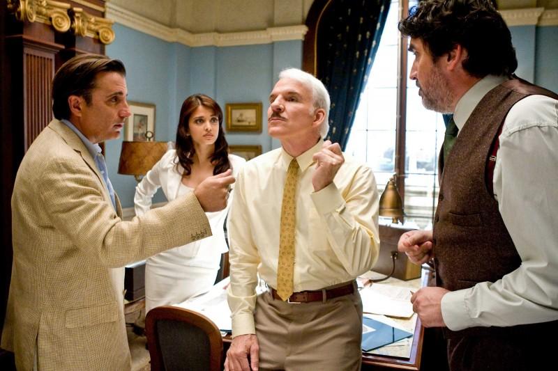 Andy Garcia, Aishwarya Rai, Steve Martin e Alfred Molina in una scena del film La pantera rosa 2