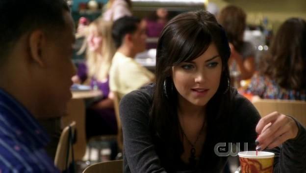 Jessica Stroup e Tristan Wilds (di spalle) in una scena dell'episodio By Accident di 90210