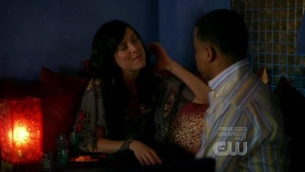 Jessica Stroup e Tristan Wilds in una scena dell'episodio By Accident di 90210