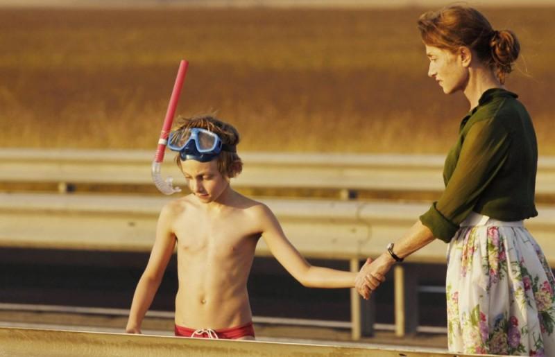 Kacey Mottet Klein e Isabelle Huppert in un'immagine del film Home