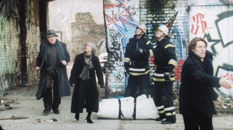 Michel Piccoli, Irène Jacob, Willem Dafoe nel film La polvere del tempo (I skoni tou hronou)