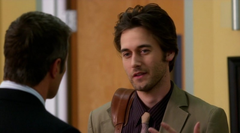 Ryan Eggold e Rob Estes (di spalle) in una scena dell'episodio By Accident di 90210